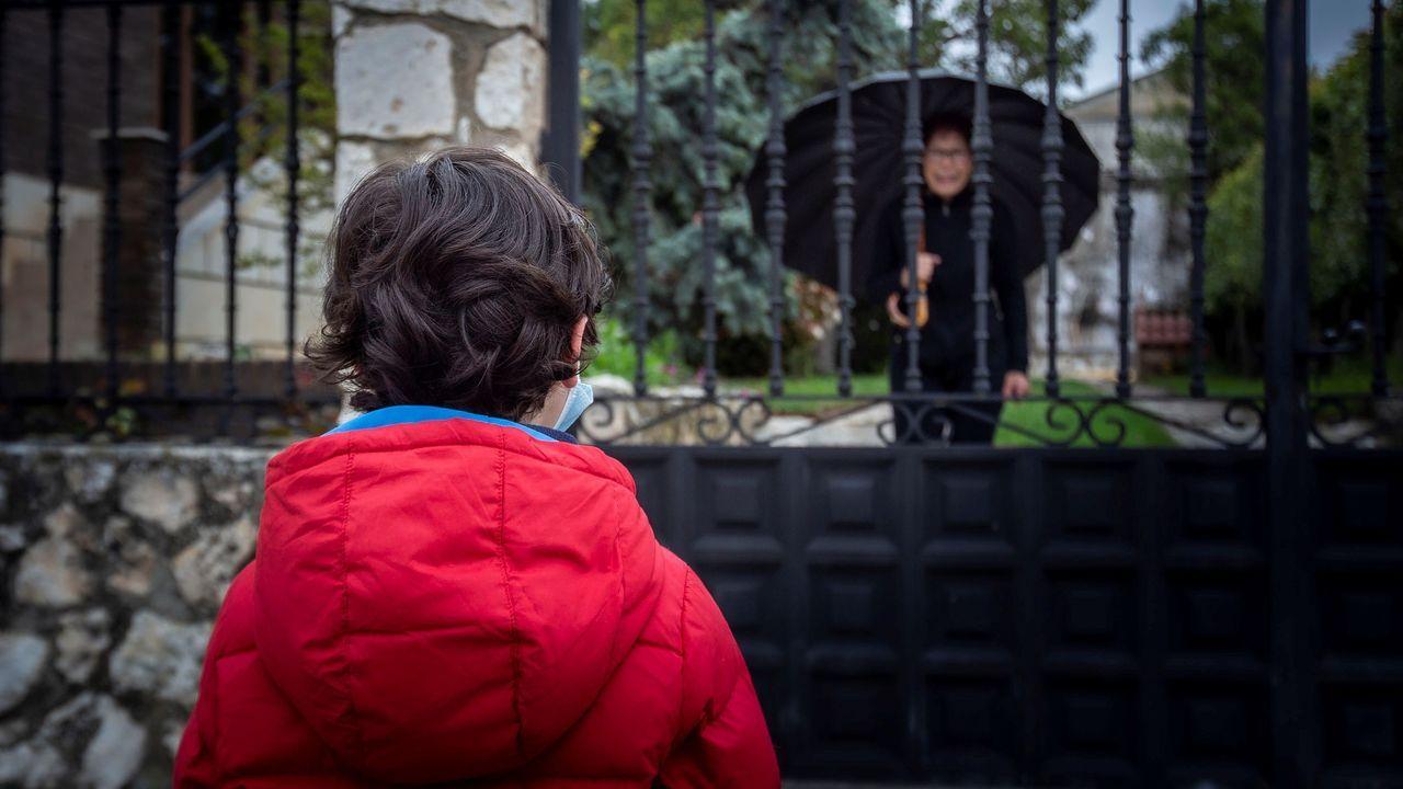 Un niño habla con su vecina en Aranda de Duero (Burgos)