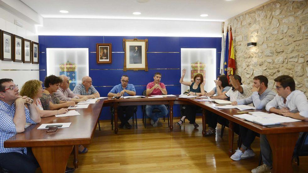 Fotografía del encuentro de Antonio Fins -en medio de la foto, en primer plano- con su familia en A Baña (A Coruña). A la izquierda, su prima Carmen, uno de los cuatro nombres que Fins recordaba pero cuyo apellido desconocía, junto al resto de su familia.