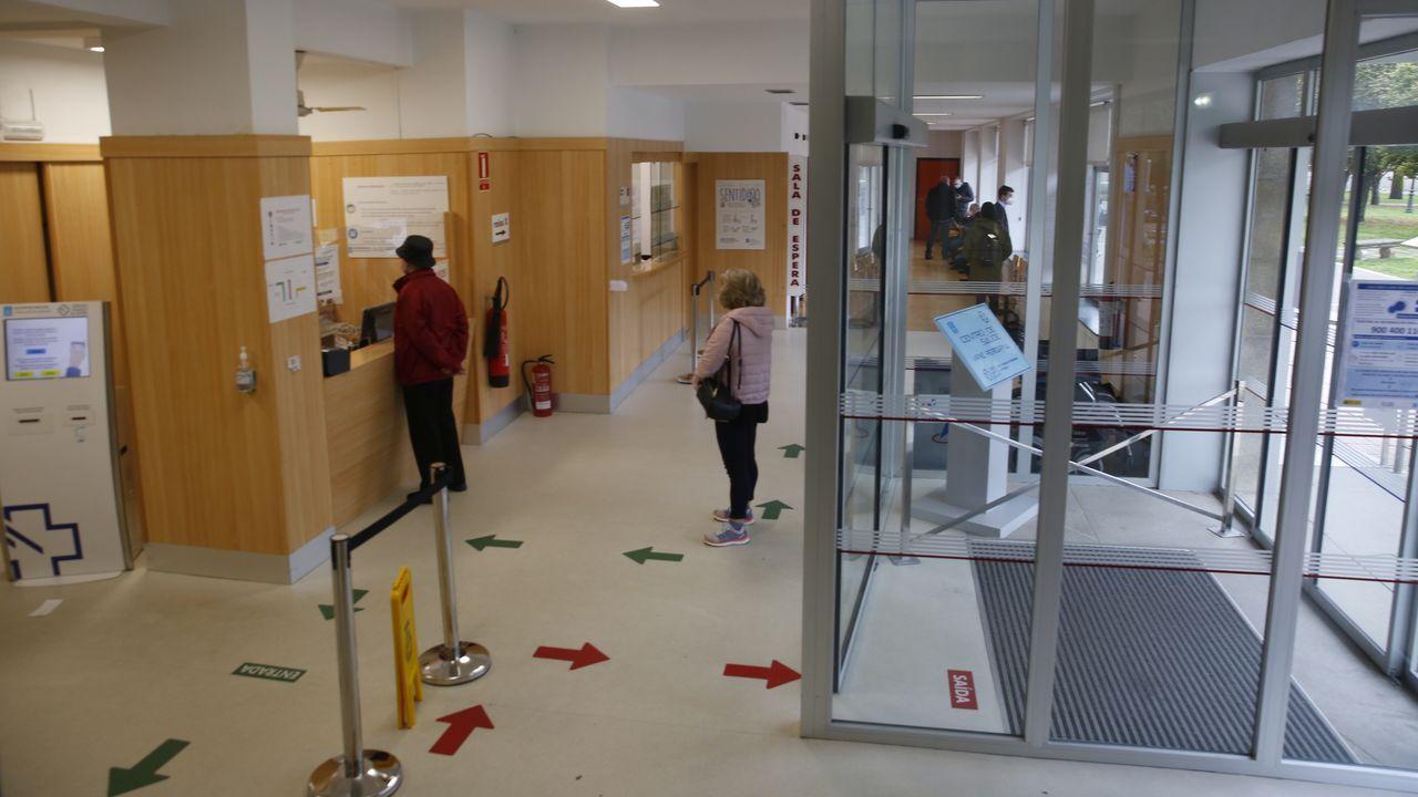 Colas para vacunarse contra el covid en Pontevedra.Los centros de salud, en la imagen el Virxe Peregrina de Pontevedra, mantienen los circuitos anticovid