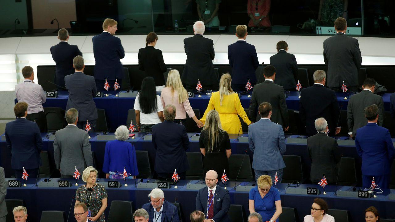 Diputados pro Brexit y anti Brexit se manifiestan en la inauguración del recién elegido Parlamento Europeo.Carlos Carrizosa, presidente del Grupo Parlamentario de Ciutadans, y Lorena Roldán, portavoz en el Senado y candidata de Cs a la presidencia de la Generalitat