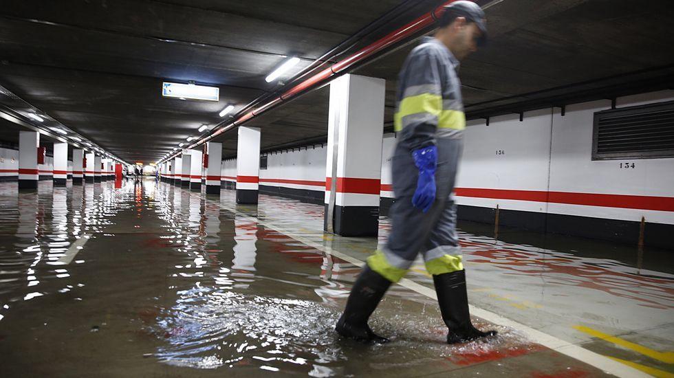 Agua en el parking de Los Cantones, A Coruña.