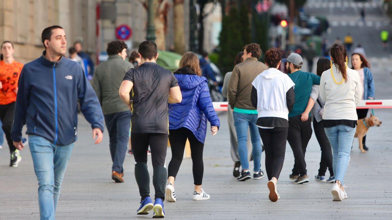 Gente paseando en el centro de Vigo