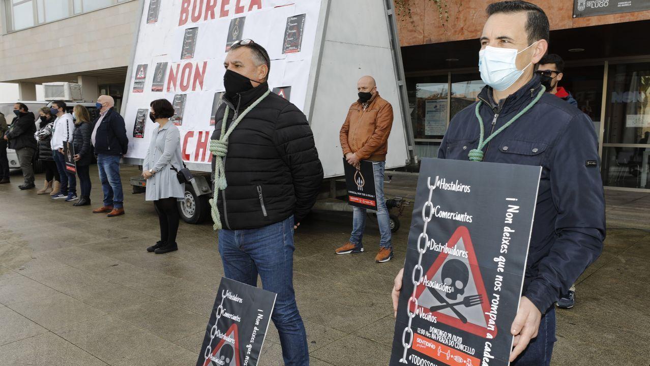 La hostelería y las empresas que giran a su alrededor son los grandes damnificados por las restricciones de la pandemia, lo que provoca protestas como esta en Burela, el pasado 29 de noviembre