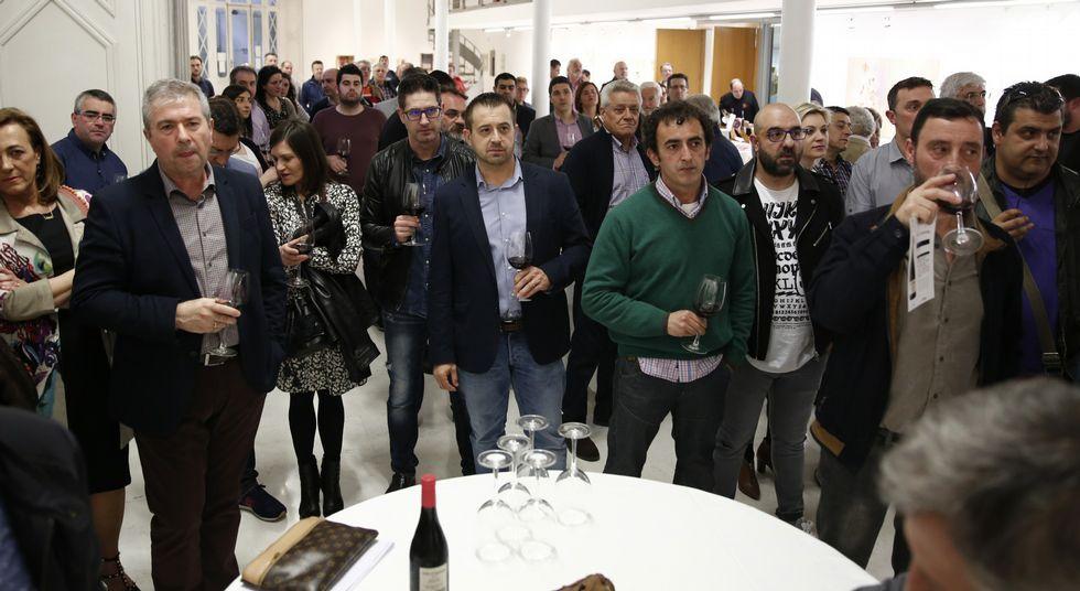 «Solo cinco constructoras se llevan el 75% de las obras».Los asistentes siguieron con atención las explicaciones de los enólogos de Viña Costeira.