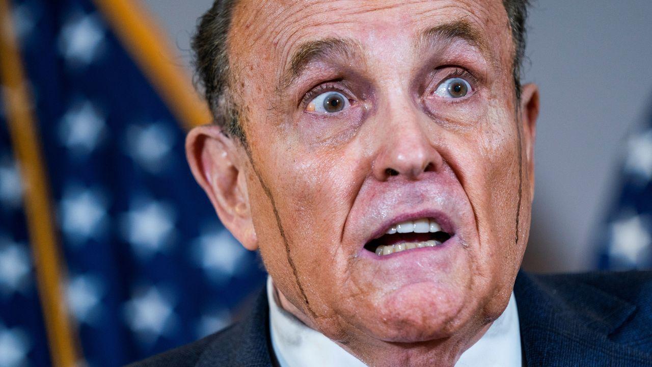 Un sudoroso Giuliani trató de defender ayer la teoría de la conexión venezolana en el recuento
