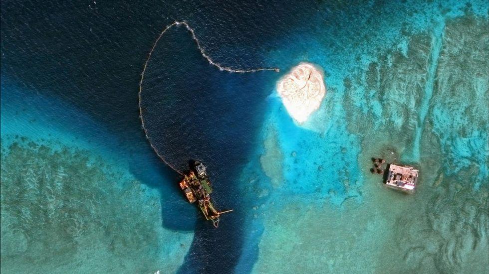 Un draguero trabaja en la entrada sur del Arrecife de Mischief