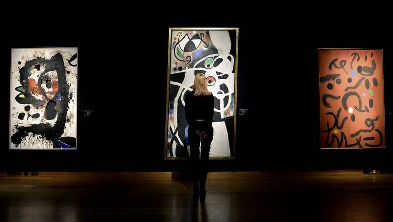 <span lang= es-es >De Dalí a artistas actuales</span>. La muestra recoge dos obras de Dalí (arriba) se trata de dos piezas que creó para ilustrar «La divina comedia» en 1960. A la derecha, una de las figuras más representativas de Manolo Valdés, afincado en Nueva York.