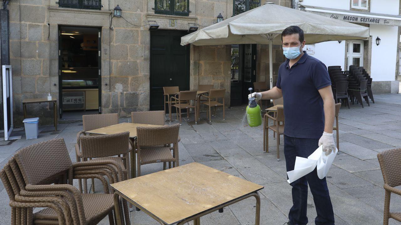 Desinfectando las mesas y sillas en el centro histórico de Santiago