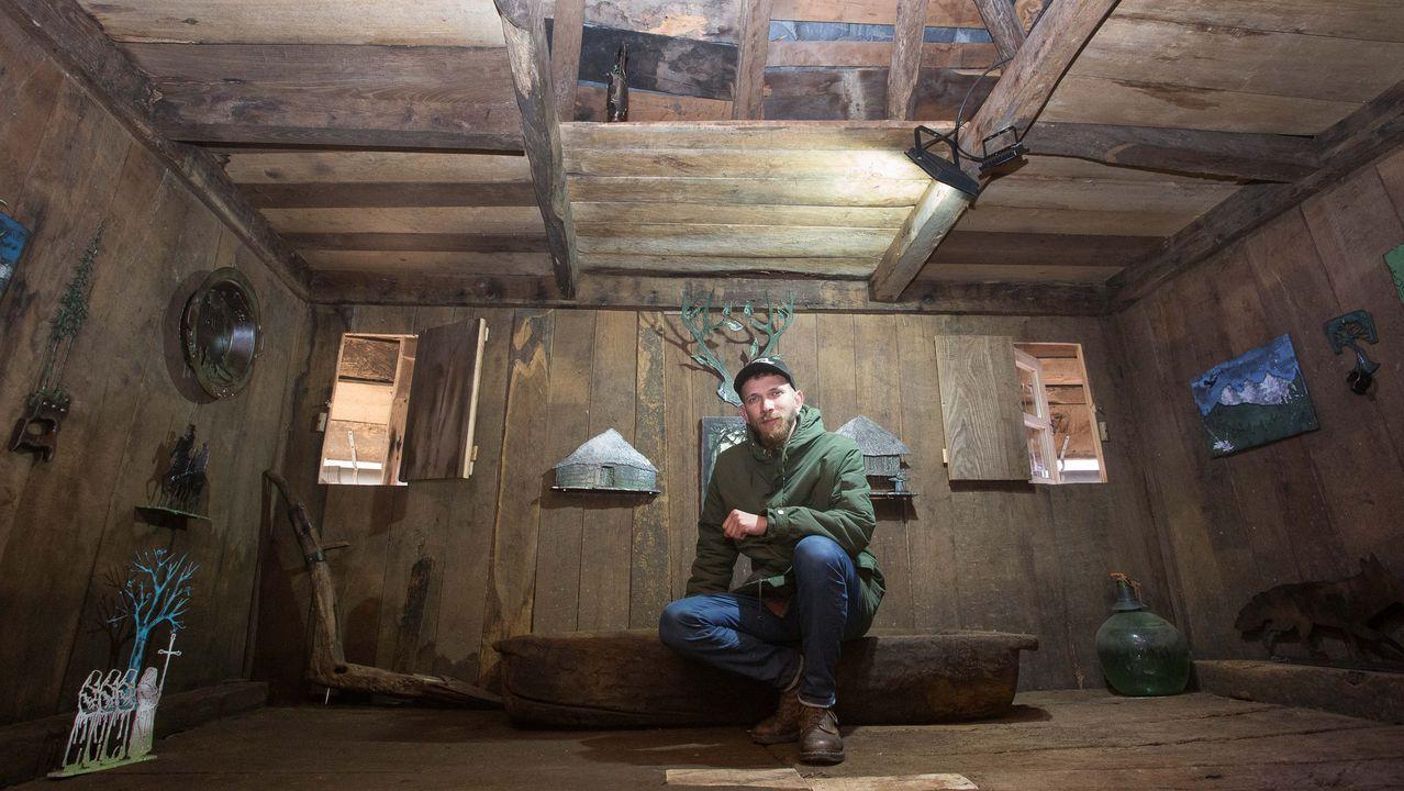 Pavel en el interior del hórreo de Barcia en el que expone varias piezas que hizo en los últimos meses