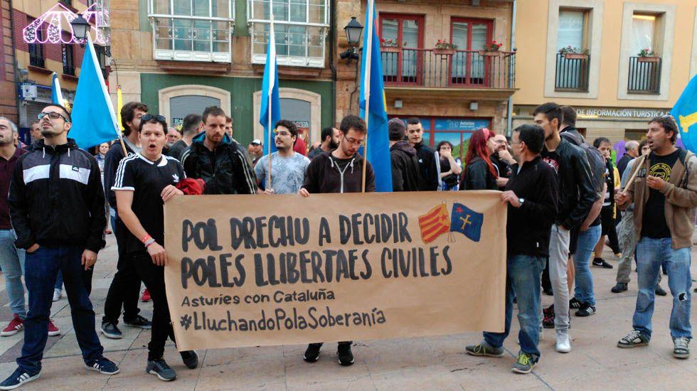 Manifestantes en la Plaza del Ayuntamiento de Oviedo