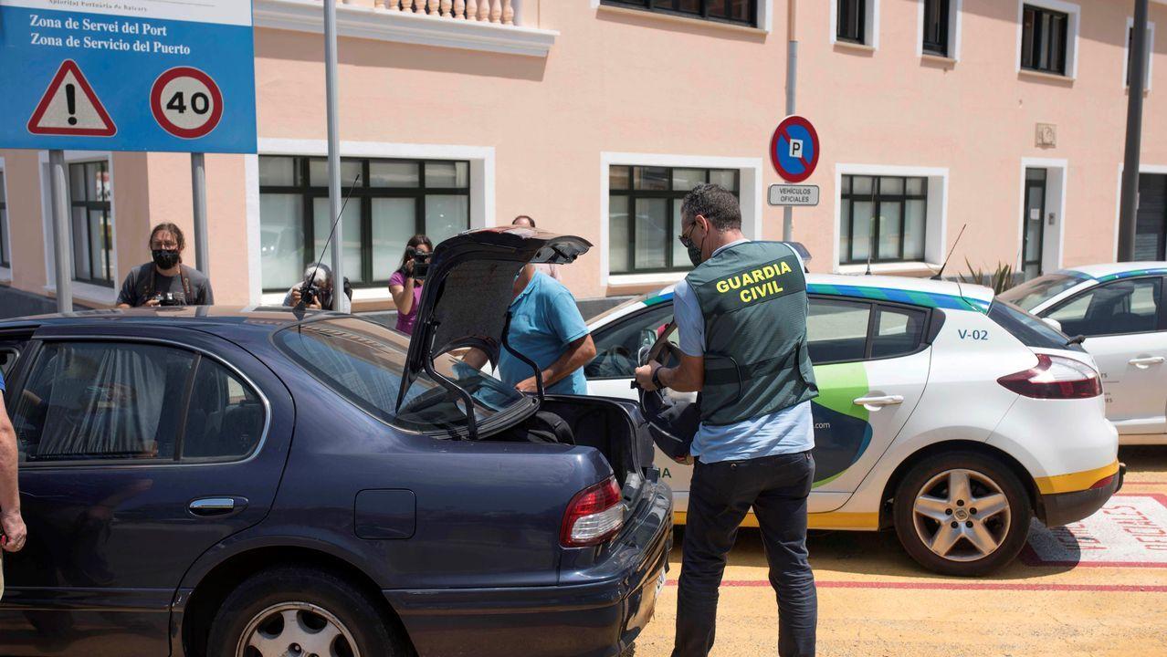 La guardia civil sale de la sede de Autoridad Portuaria de Baleares en el puerto de Mahón tras el registro por presunto caso de corrupción, en una imagen de archivo