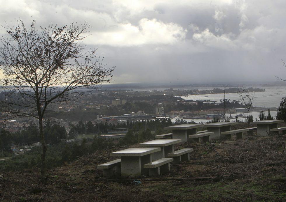 Incendio forestal en Cotobade.Los comuneros han colocado hasta bancos de piedra en un entorno espectacular; uno ya lo robaron.