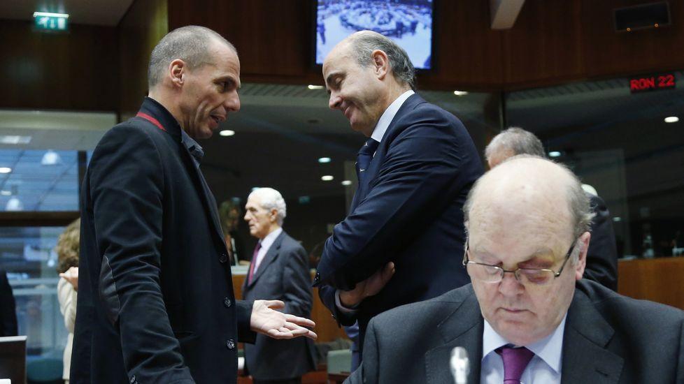 Varufakis explica su posición a Luis de Guindos durante una reunión en Bruselas.