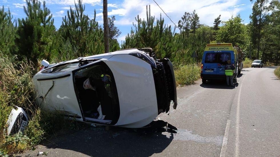 Viejos y nuevos frentes para los servicios de emergencias de Santiago.El accidente se produjo en el cruce entre la avenida de Galicia y la calle de las Huertas