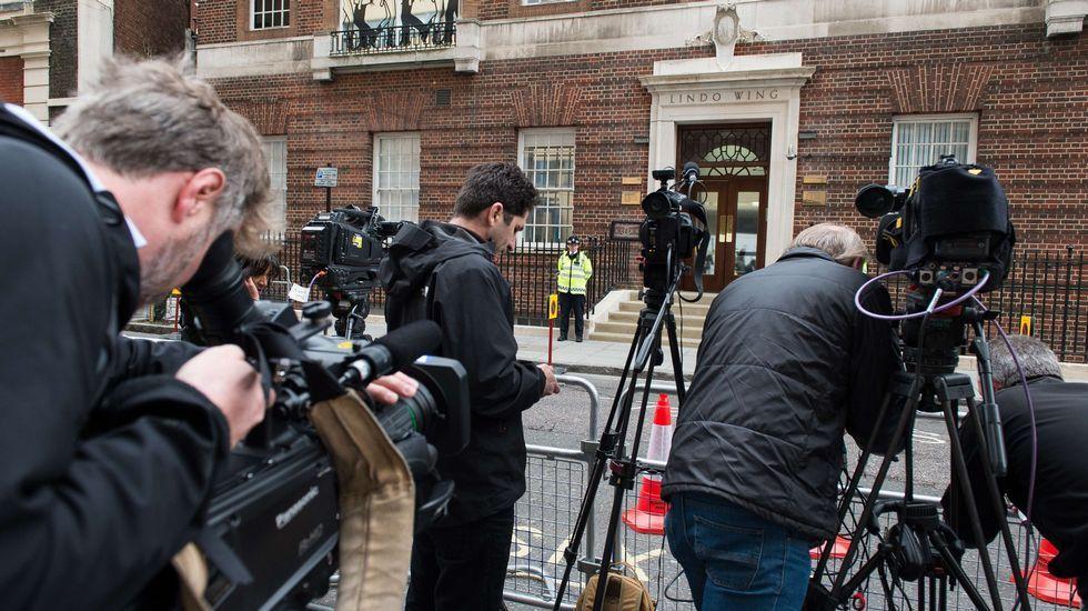 Decenas de periodistas esperan frente al hospital