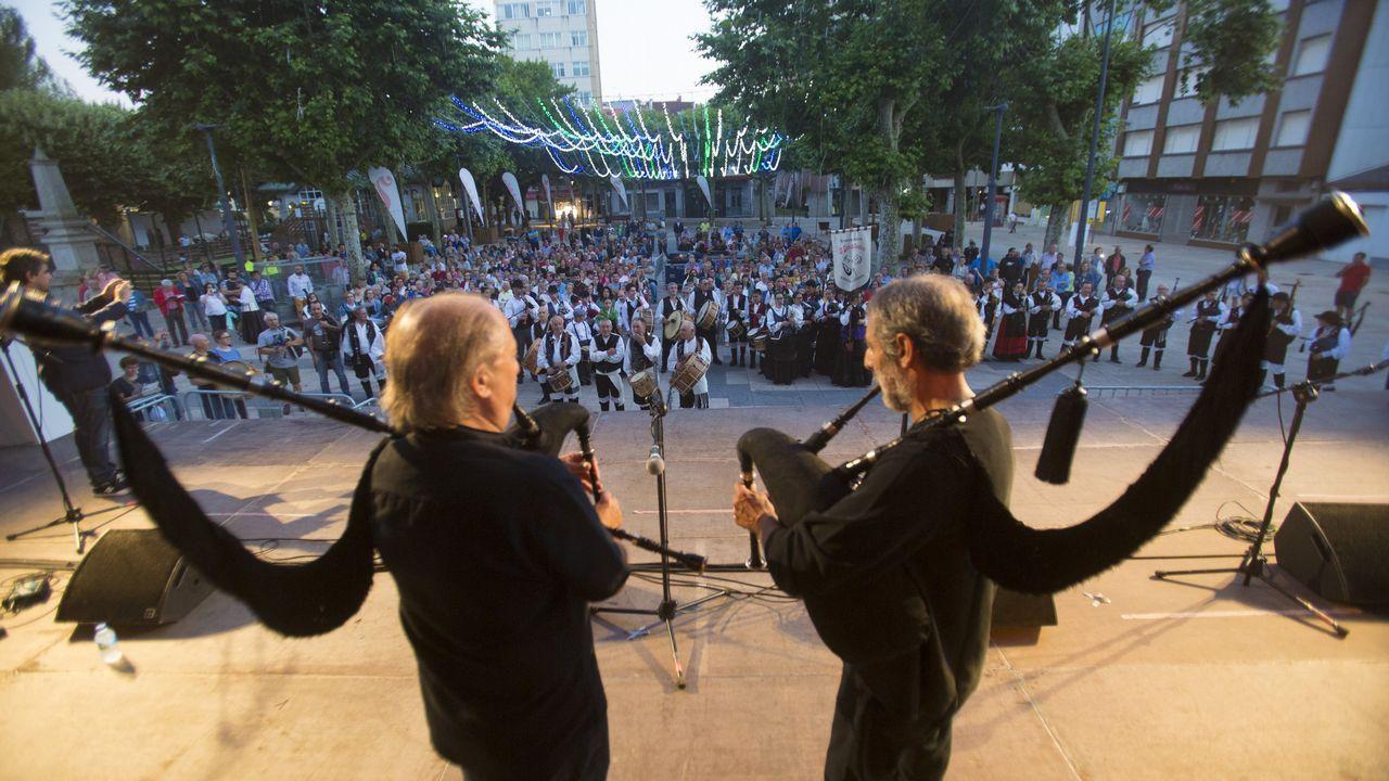 Todas as imaxes da cuarta edición do Festifolk, a gran festa dos gaiteiros.Los hermanos Quijano en una imagen promocional del último disco