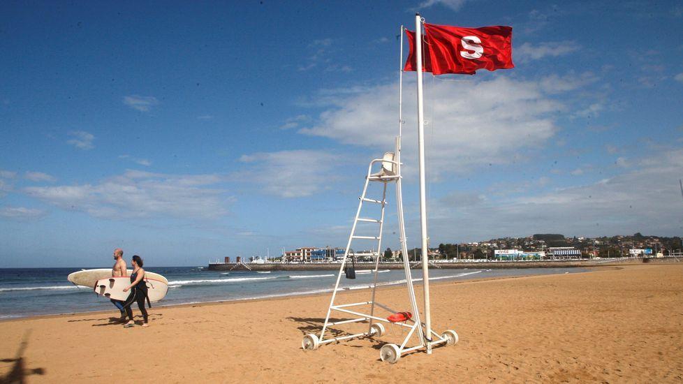 Asturias, de cascada en cascada.La bandera roja ondea en la playa de San Lorenzo