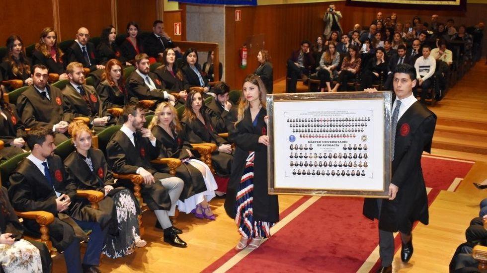 En la imagen, tomada esta semana, alumnas entrando en la Facultad de Humanidades y Documentación de Ferrol