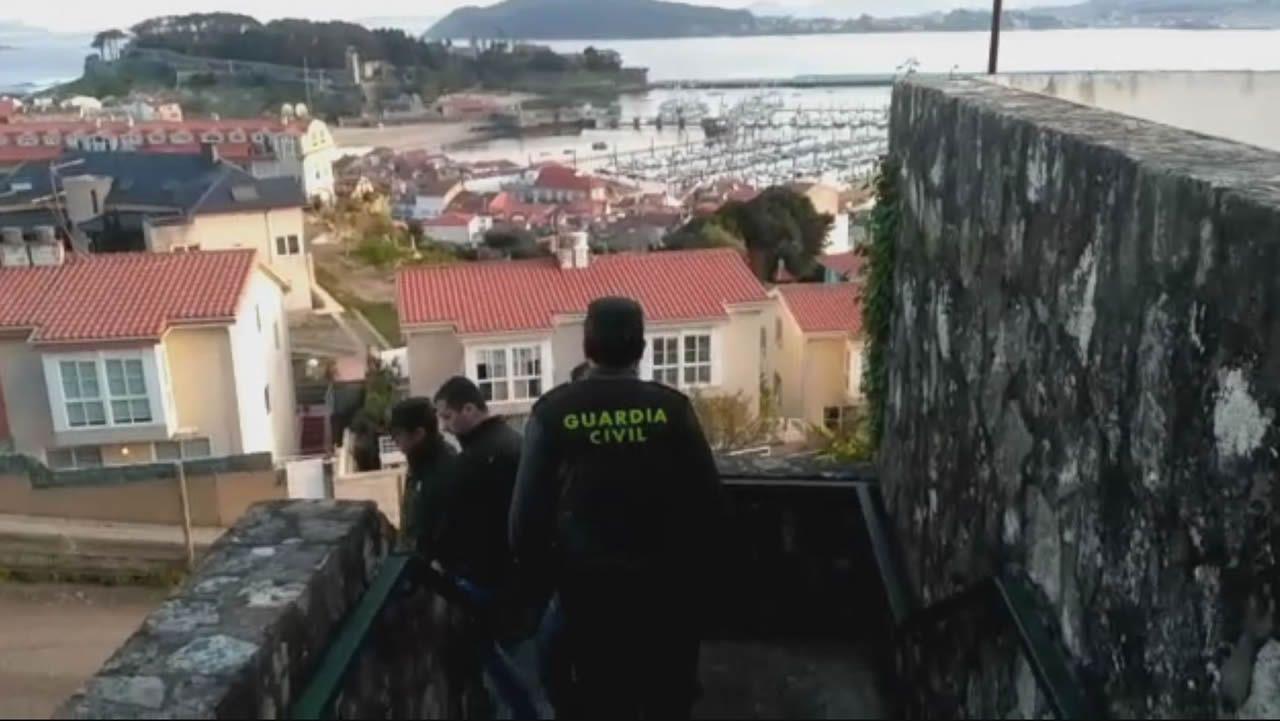 Cuatro albaneses detenidos en Nigrán y acusados de robos en domicilios.Jesús Vázquez Almuiña y Félix Rubial en una visita al centro de salud de O Porriño