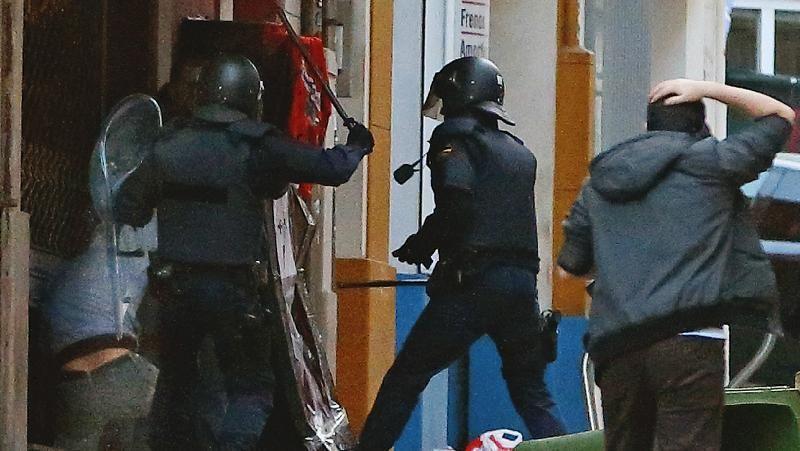 Batalla campal entre ultras del Deportivo y la policía