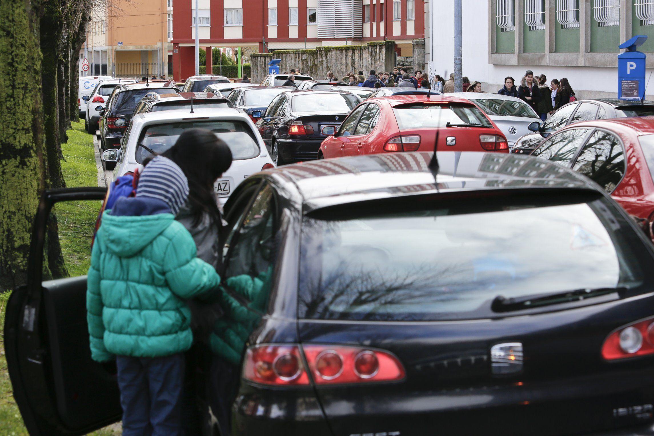 LUGO: La doble fila es la reina en la Avenida Ramón Ferreiro, que pierde uno de sus carriles en horas de recogida escolar