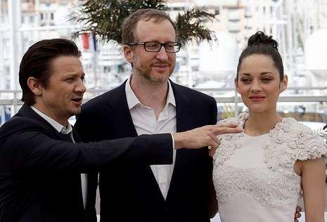 La actuación de Jennifer Lopez.James Gray, en el centro, con los actores Jeremy Brenner y Marion Cotillard.