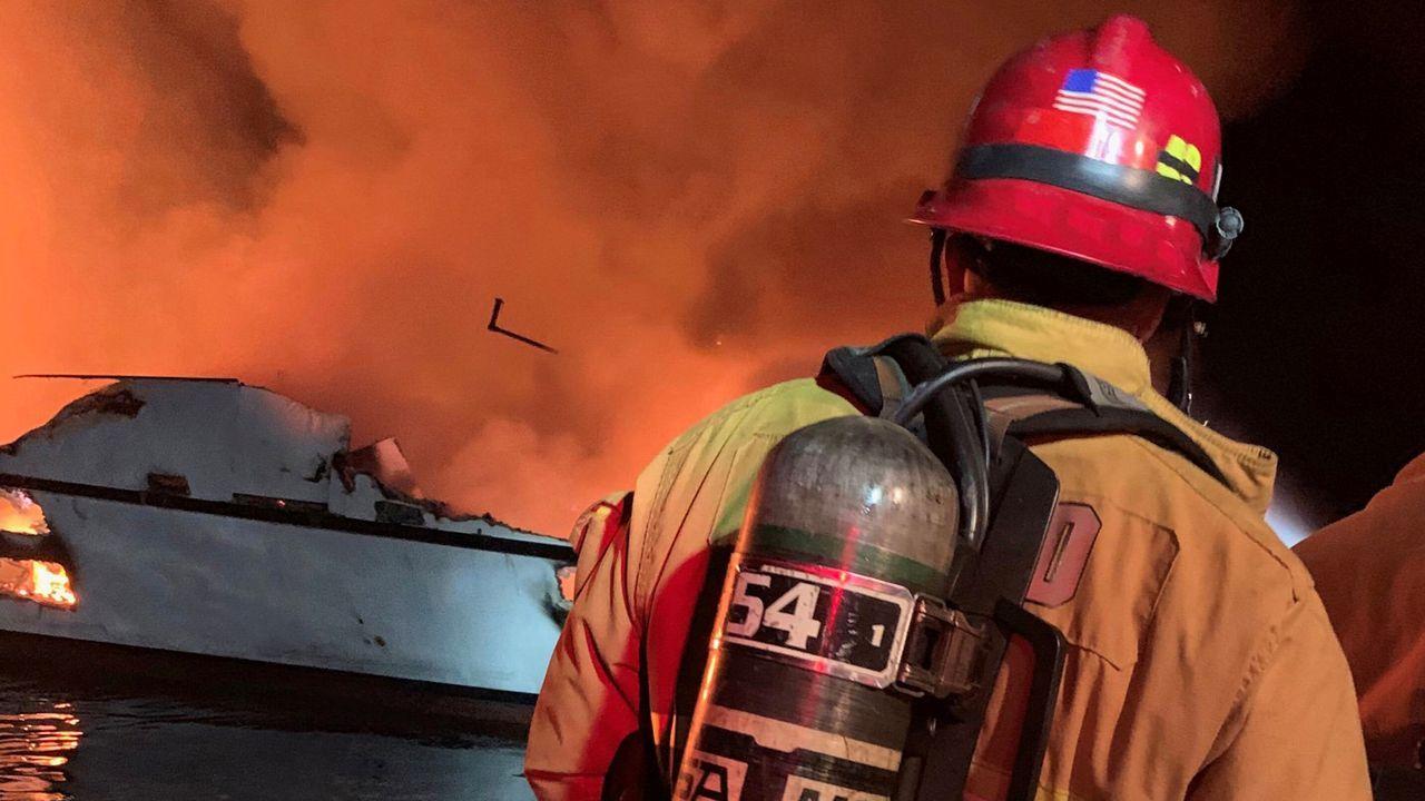 Los servicios de emergencia se encontraron con un barco completamente en llamas al que ni siquiera podían acceder
