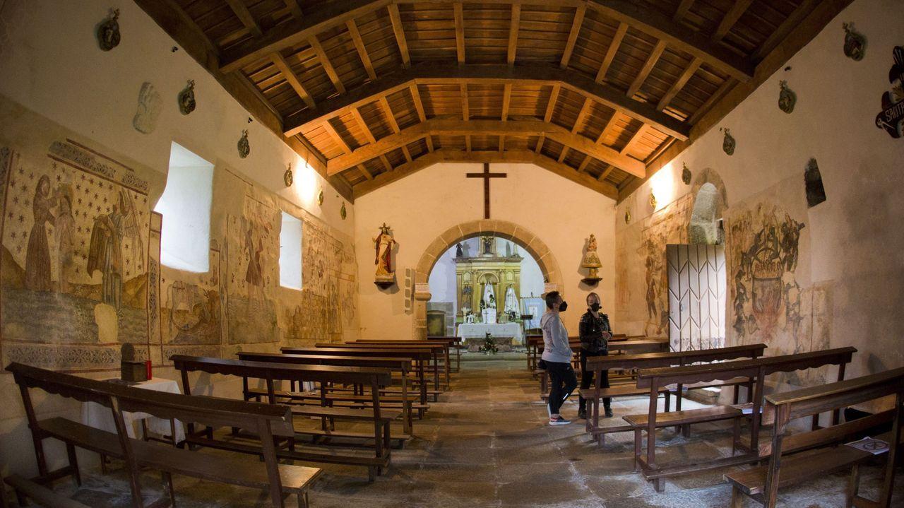 Branca Vilar (na foto, á dereita) cre cre que o patrimonio é unha baza de futuro para parroquias coma a de Labrada