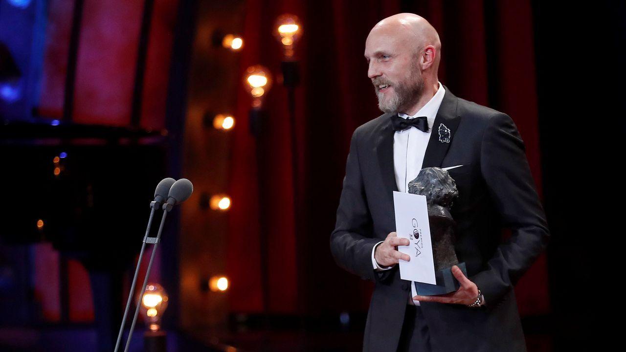 El realizador Mikel Serrano tras recibir el premio a la Mejor dirección Artística por Handia