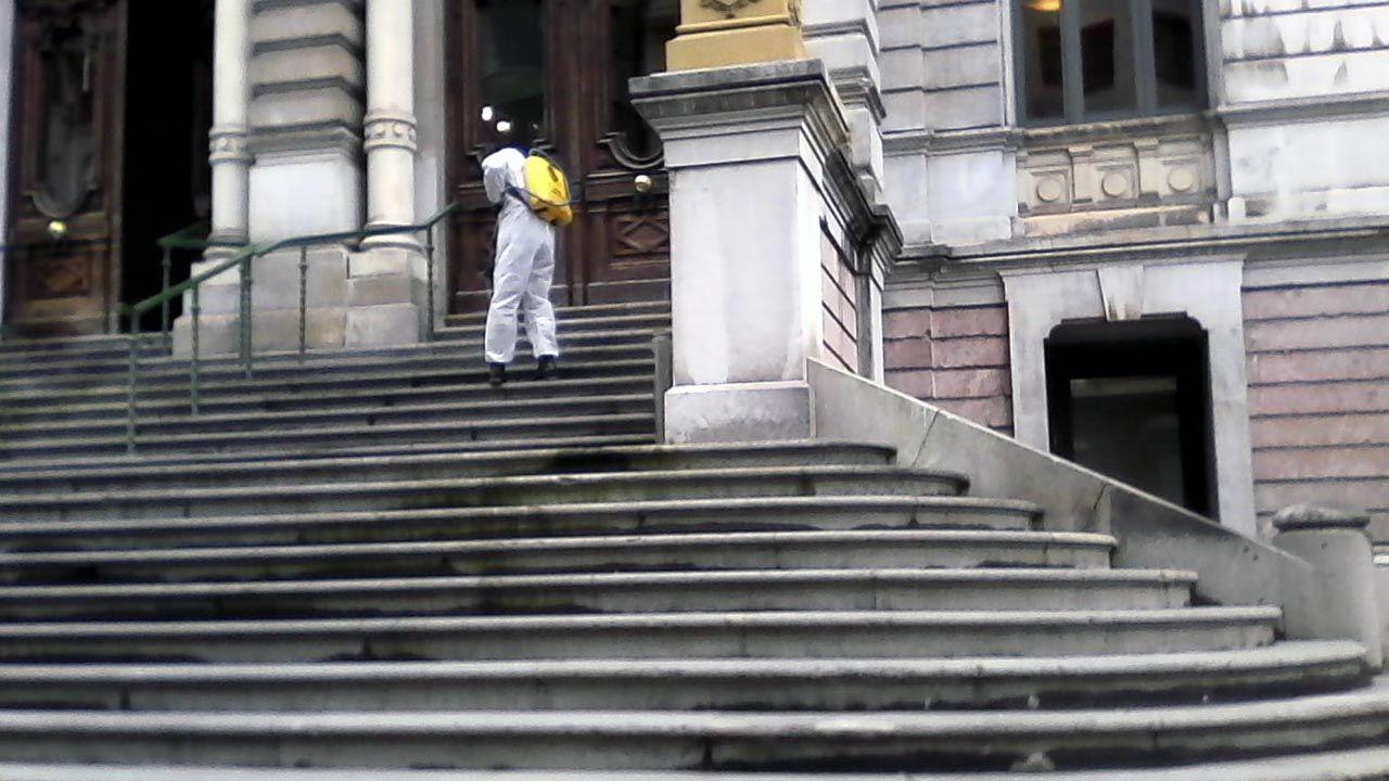 Un soldado de la Unidad Militar de Emergencia (UME) desinfecta la escalinata de la Junta General del Principado