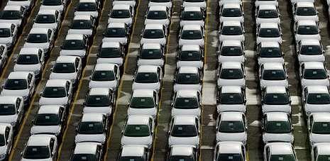 Vehículos fabricados en la planta de PSA Vigo, en la terminal del puerto, a la espera de embarque para el mercado europeo.