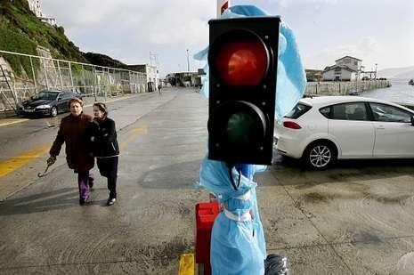 El semáforo instalado en el puerto de Malpica aún no funciona.