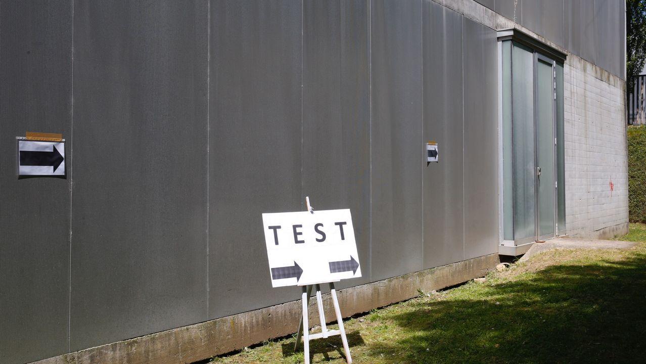 Así fue la recogida de muestras en el centro de salud de A Ponte.Indicación del lugar donde se realizan los test para el estudio epidemiológico en el centro de salud de A Parda, en Pontevedra