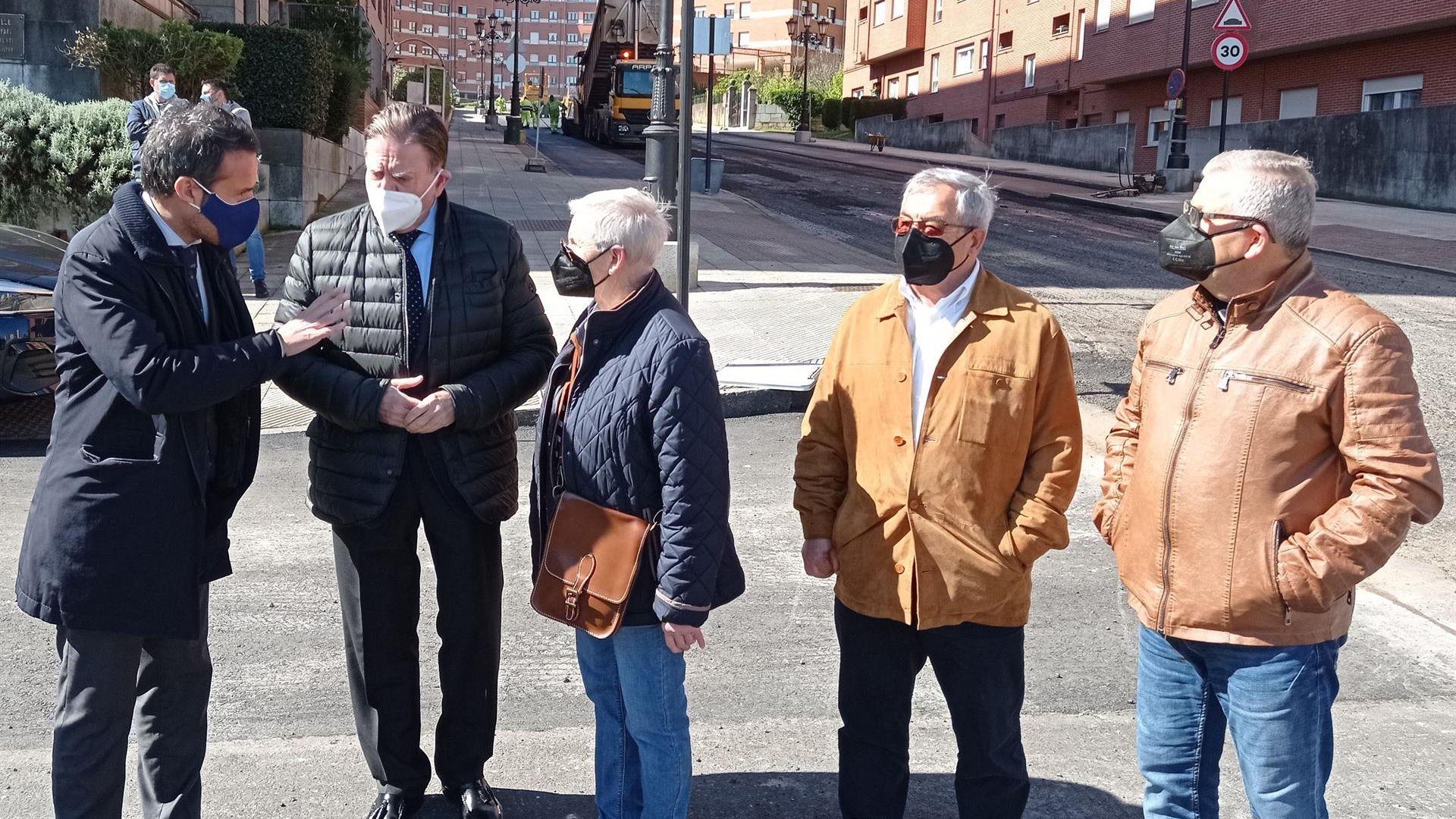 El alcalde, Alfredo Canteli, visita junto a otros miembros de la corporación las obras de asfaltado en Villafría
