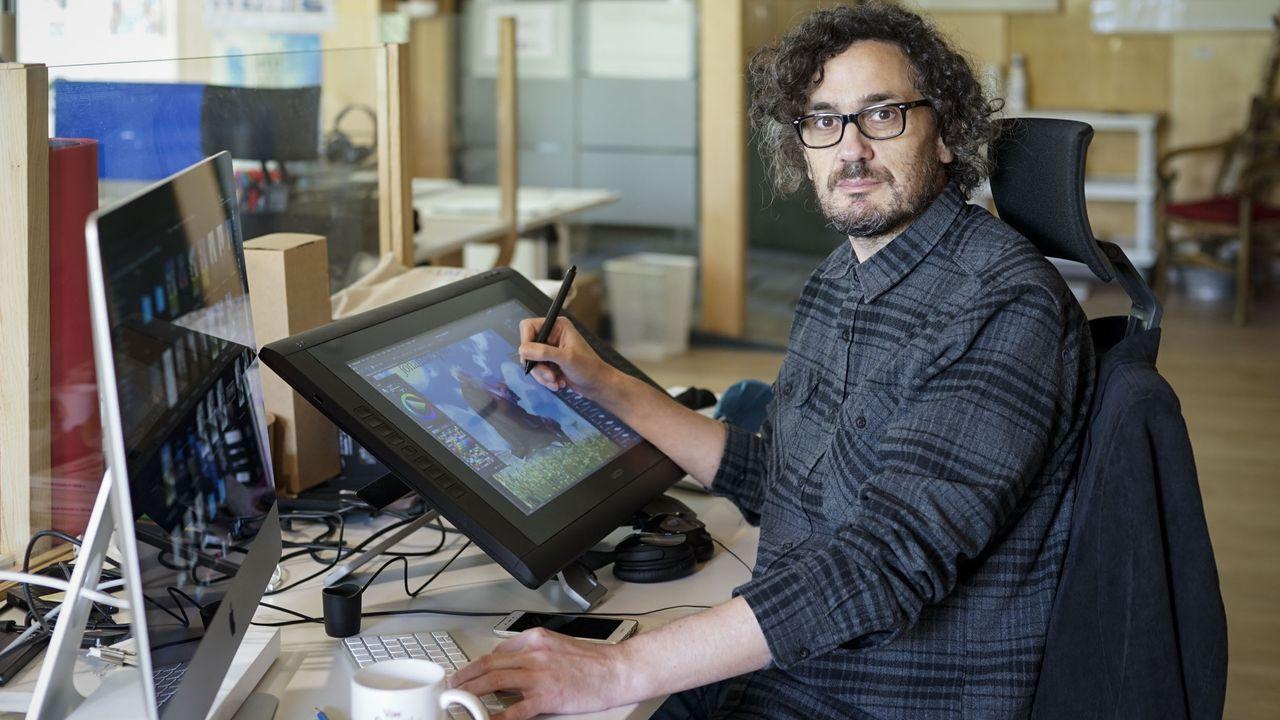 O ilustrador Miguel Robledo, no coworkin Ben Común Espazo de Allariz