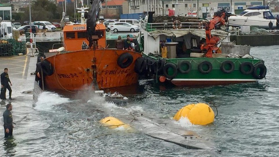 Un camión se accidenta en Mos y pierde su carga de cervezas en la A-55.Agentes de la Guardia Civil, policía y Aduanas inspeccionan el narcosubmarino en el puerto de Aldán