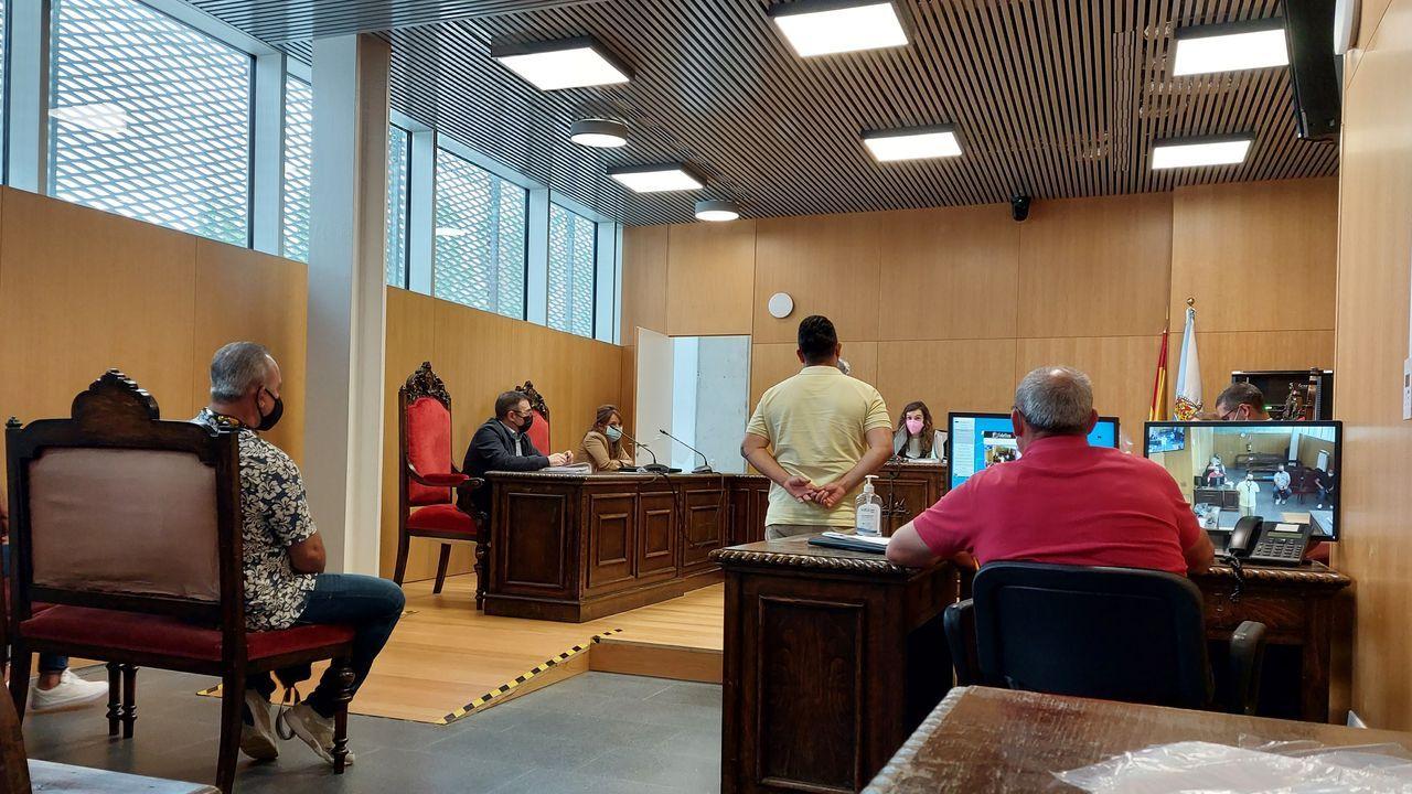 Concentraciones contra la Ronda Norte.Los dos acusados, uno de pie y otro en el banquillo, admitieron los hechos ante la magistrada del Juzgado de lo Penal 1 de Ourense
