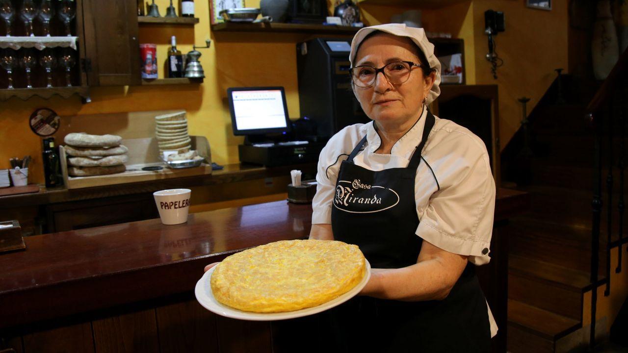 Pepa, de Casa Miranda, con la tortilla del primer premio del Concurso de la Tortilla de Betanzos