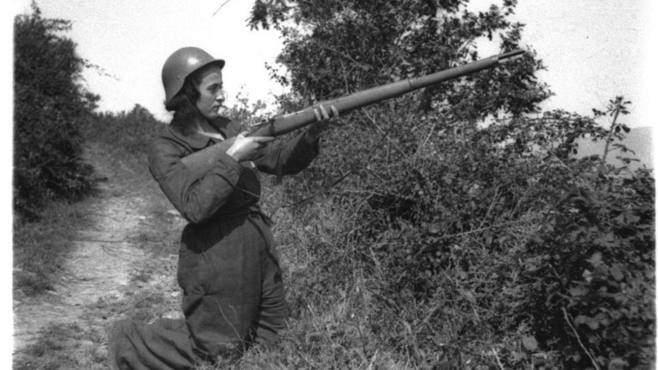 Así es el pazo de Meirás.Una miliciana apuntando su fusil en la avanzadilla de Villagermonde en el Frente de Luarca, el 13 de agosto de 1936