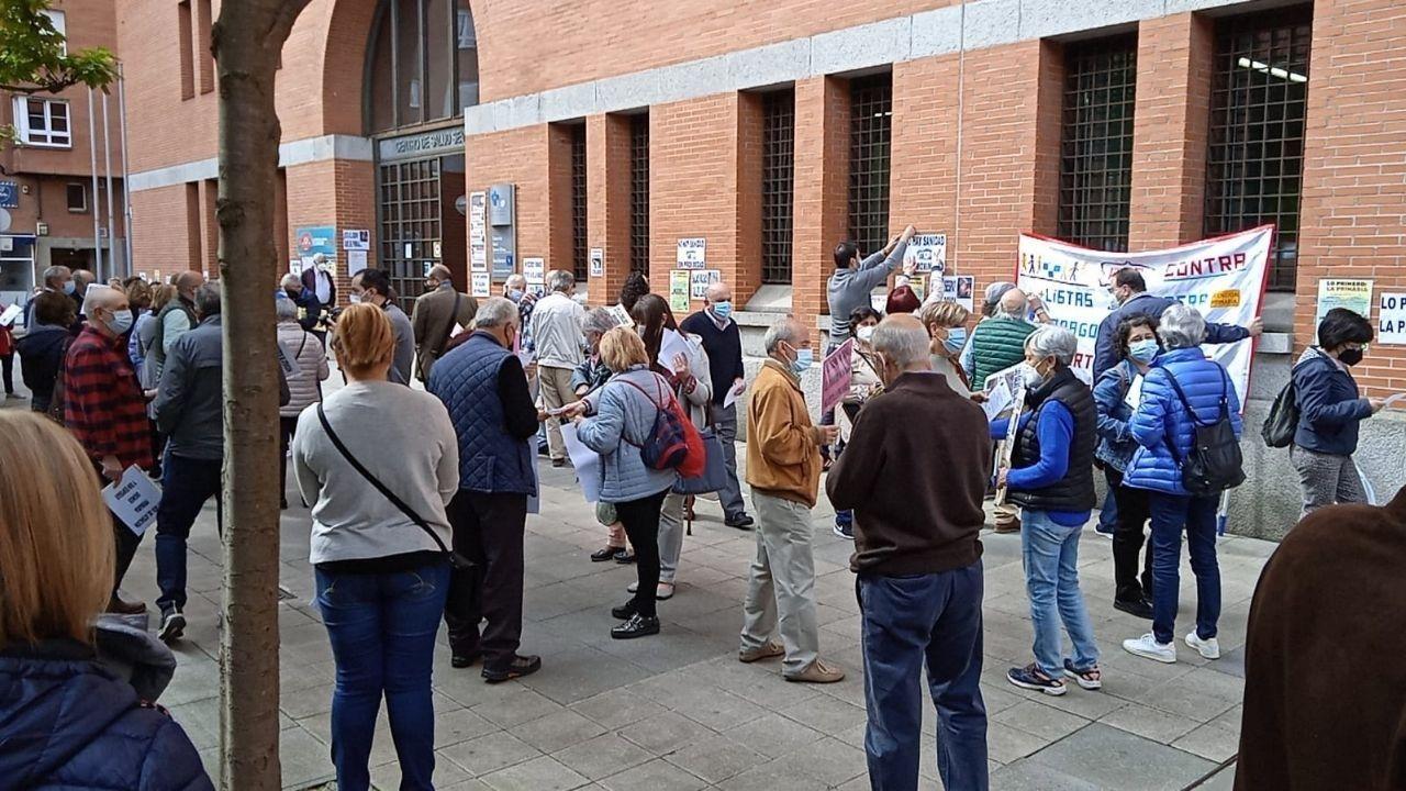 Concentración vecinal en defensa de la Atención Primaria frente al consultorio de Severo Ochoa en Gijón