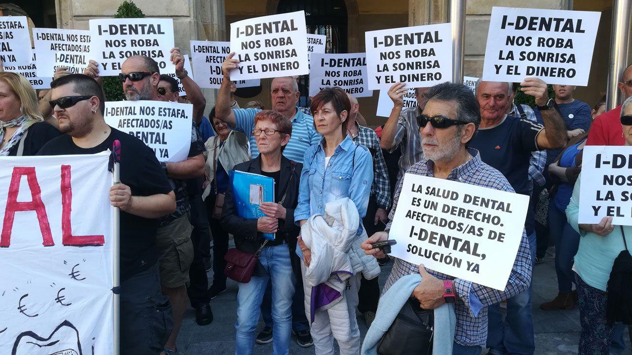 Isabel Álvarez, de azul, en el centro de la imagen, durante una concentración de la plataforma de afectados de iDental en Gijón