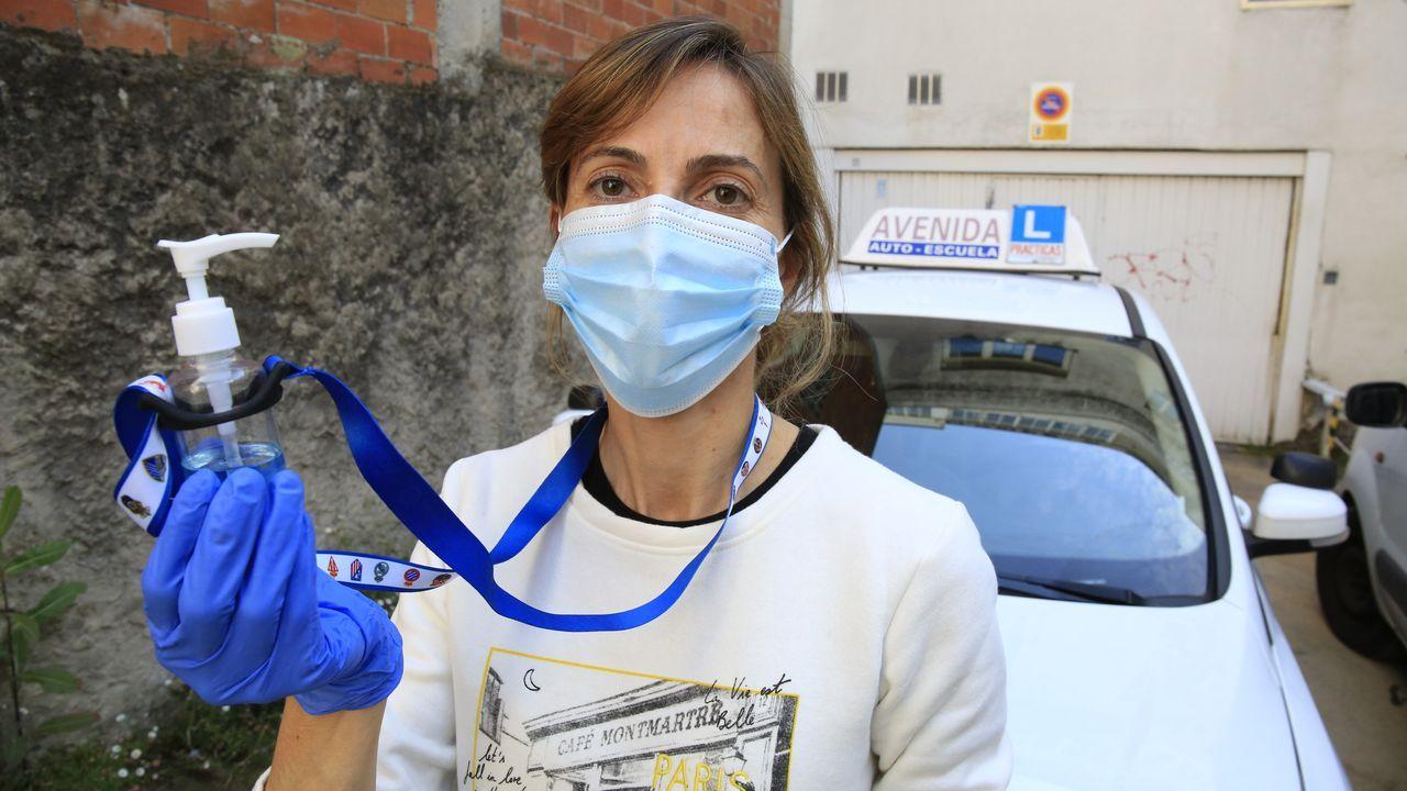 Sara Pérez, directora y profesora de la autoescuela Avenida, de Lugo, equipada con mascarilla, guantes e hidrogel