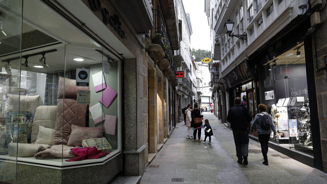 Ir de tiendas, por Viveiro (en foto de archivo) o por otras localidades de A Mariña es una opción