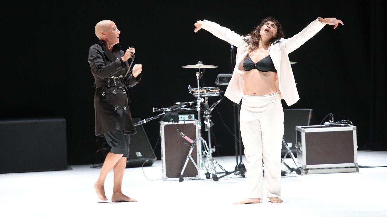 A cantante Mercedes Peón presentou o espectáculo xunto ao rexedor de Oroso e o secretario xeral de Política Lingúística