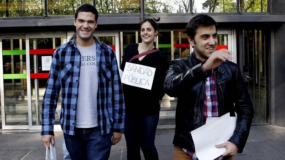 Los trabajadores del Xeral protestan contra los recortes.Los tres primeros de la promoción salen del ministerio tras elegir centro y especialidad