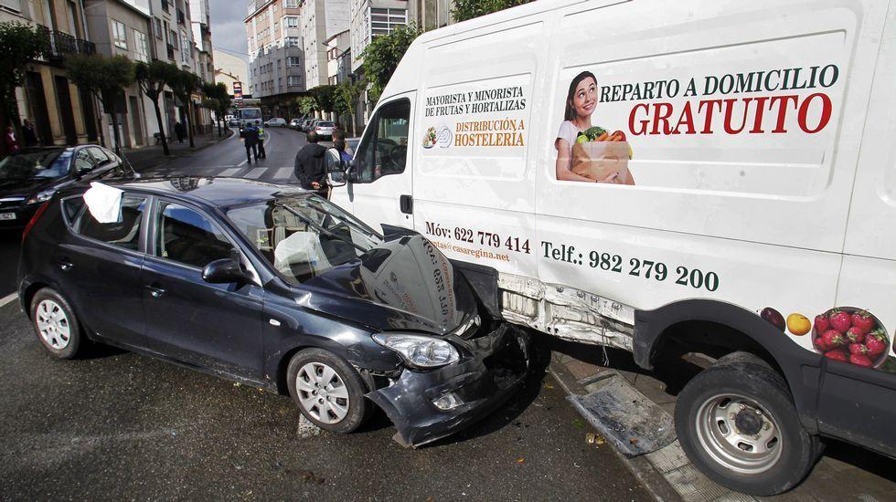 El coche cochó contra una furgoneta que estaba aparcada y la movió varios metros