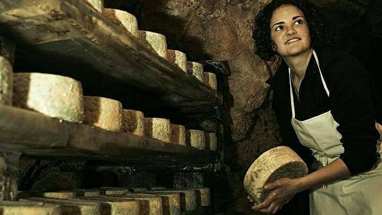 Jessica López, presidenta de la DOP Cabrales, en una cueva de su quesería