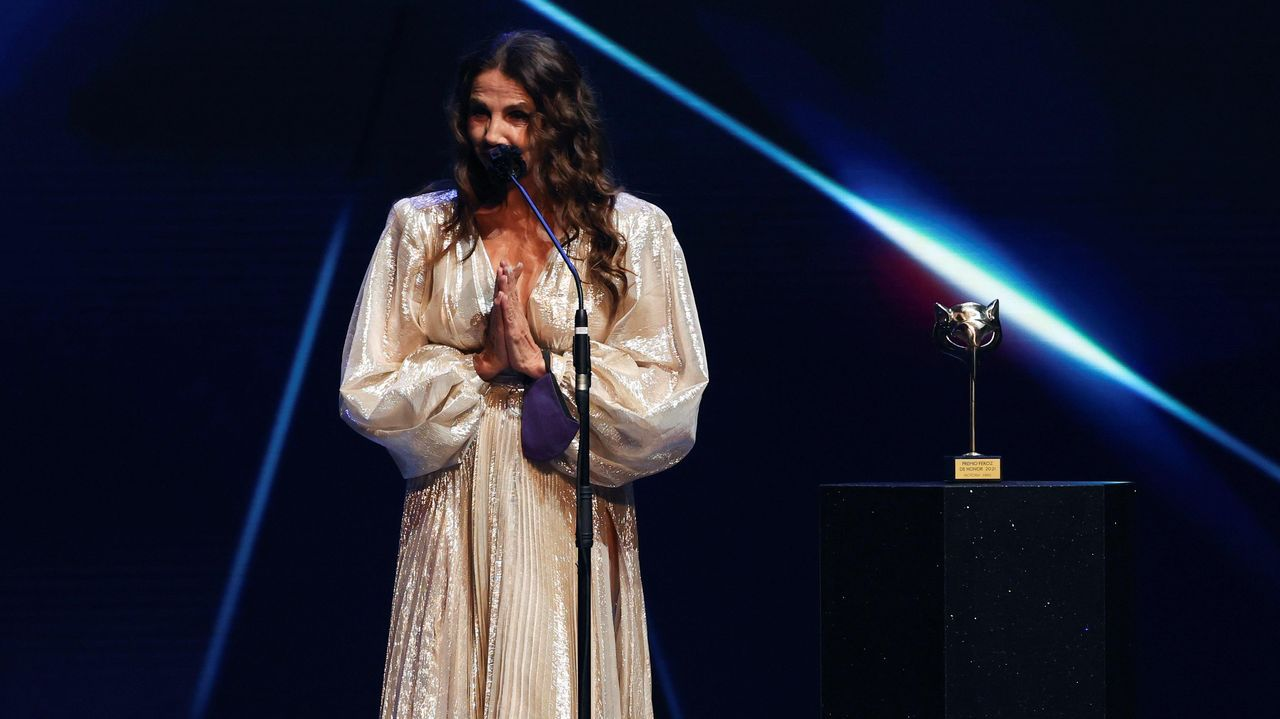 Premios Feroz en directo: Victoria Abril recoge el galardón de honor.La actriz Katia Pascariu, protagonista del filme de Radu Jude «Mala suerte follando o porno chiflado»