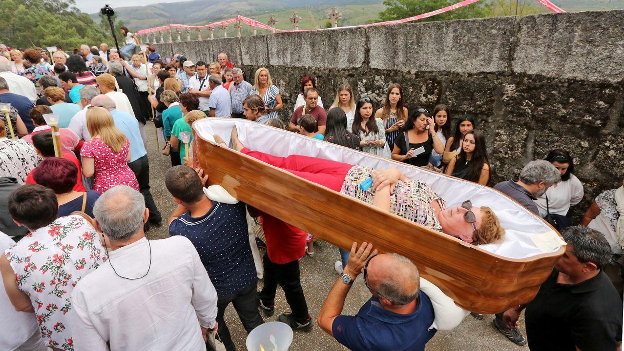 Desfile los ataúdes en la «romería de los muertos»