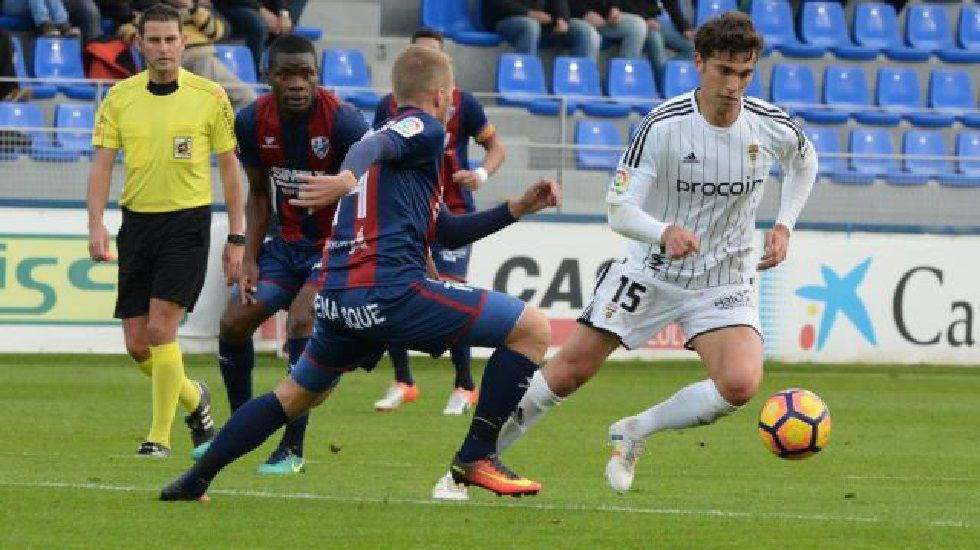 Cambio en la convocatoria: se cae Torró y entra Vila.Torró disputa un balón en el Huesca-Oviedo de la ida